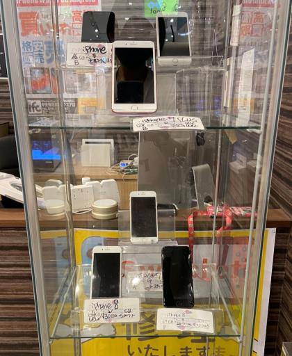 ケース販売以外にiPhone修理や中古端末販売、充電サービスを行なっております!